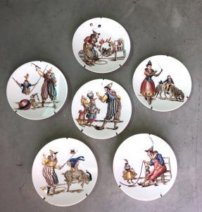 Reihe von sechs Töpferwarentellern mit Abziehbildabziehbilddekoration Clownsätze Richard, Mailand.