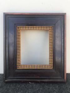 Marco tallado en madera de caoba con parte dorada.
