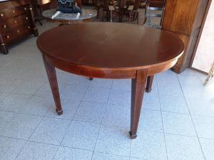 椭圆形桌子
