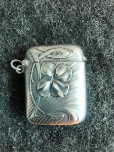 Caixa de fósforos em prata com decoração de trevo em estilo art nouveau.