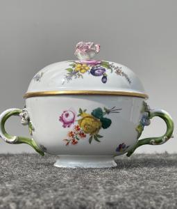 Taza con tapa en porcelana con decoración floral Meissen