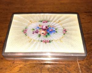 银色和珐琅烟盒,带奥地利花卉装饰。