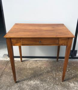 Журнальный столик из светлого ореха с одним выдвижным ящиком.