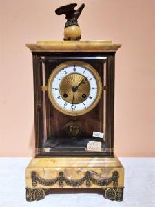 Relógio de mármore com esculturas em bronze Período meados dos anos 1800