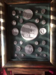 一对带有新古典石膏浮雕的镜框,