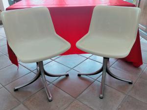 """Пара стульев """"Tecno"""" с металлической ножкой и регулируемой по высоте."""