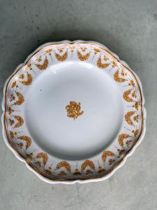 Tre piatti decorati a festoni e fiori.Moustiers,Francia.Firmati  Jean Etienne Baron.Manifattura Olerys e Laugierj