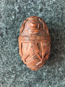 Eiförmige Schachtel aus Curozo-Samen mit gravierten religiösen Szenen