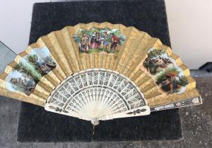 Ventaglio in avorio traforato con Pavese in carta con stampe acquarellate con scene galanti e campestri.Francia.