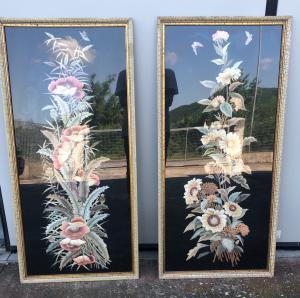 Coppia di pannelli orientali ricamati con fiori.