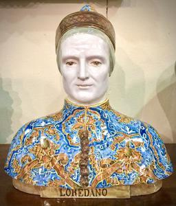 Busto em faiança policromada com figura masculina renascentista 'Loredano'. Fabricação de Angelo Minghetti, Bolonha.