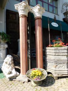 dars336 - n. 2 colonne in marmo; mis. cm 30 x 240 cm di altezza