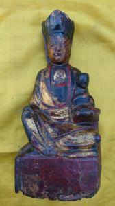 Statuetta Policoroma in legno rappresentante Guanyin protettrice delle nascite