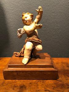 Небольшая терракотовая скульптура с изображением ангела.