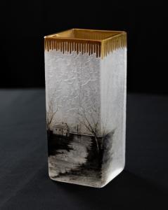 Vaso de vidro com paisagem grisaille