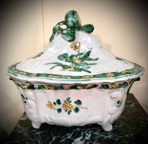 terrina de majólica com relevos rocaille, decoração floral e fruticultura. Manifattura di Cerreto Sannita.