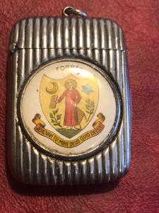 Ribbed silver matchbox with medallion with the coat of arms of the city of Forres.England.