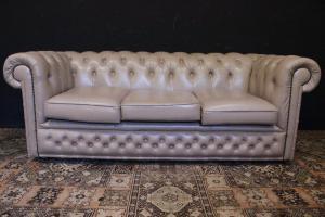 Sofá original inglés Chesterfield de 3 plazas en cuero blanco marfil