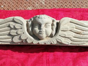 Fascinating front in serena stone depicting winged Angelo, Tuscany 16th century