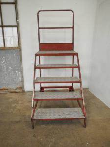 rote Treppe mit 70er Rädern