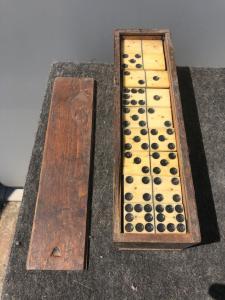 骨头和乌木骨牌盒。