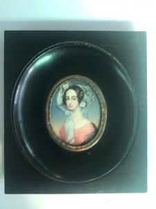Miniatura sobre marfil que representa una figura femenina. Marco en madera ebonizada. Firma: Rondi.
