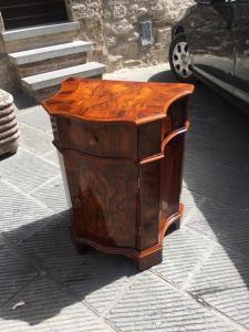 El espléndido gabinete de madera de nogal y el burl de nogal se movieron en el frente y los lados.