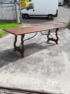 Splendido tavolo a fratino in noce   con un bellissimo intarsio con sostegni in ferro e bronzo dorato  lunghezza 232x85xh79 garanzia termini di legge