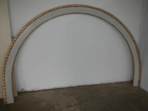 cornice laccata in abete con torciglione in foglia d'oro anni 20