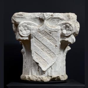 Capitello con stemma decorato a volute e motivi floreali, manifattura lombardo-veneta del XVI Secolo