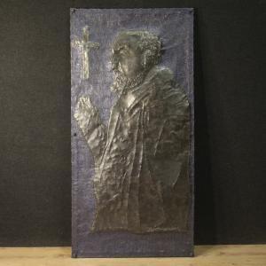 Escultura de alto relieve firmada en metal pintado que representa al Padre Pío