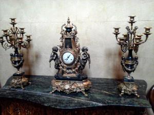 Uhr und zwei Kandelaber im Stil Louis XVI