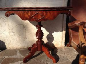 Tavolino da gioco/console in mogano filettato in acero. Inghilterra epoca vittoriana.