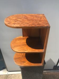 Стол в стиле ар-деко с 3 полками, облицованный бриаром.