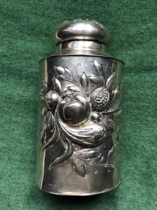 Scatola porta-the' in argento sbalzato con decoro alla frutta.Germania.