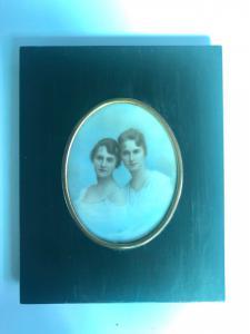 Miniatura sobre marfil con dos sujetos femeninos, marco de madera ebonizada.