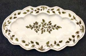 Piatto in maiolica da 'pesce' con decoro floreale verde e manganese.Manifattura di Pavia.