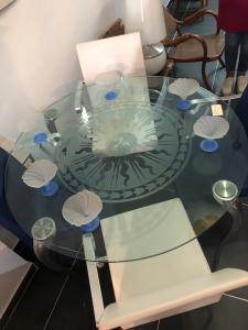 Tavolo in cristallo Mario Mazzer per Fornasetti con le sue 4 sedie