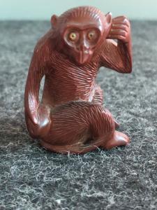 Netsuke 'em madeira representando macaco.