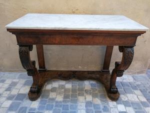 19 世纪上半叶的控制台,带有雕刻的腿和白色卡拉拉大理石的顶部