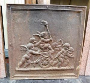 p04 - piastra in ghisa con angeli sul carro, misura cm l 45 x h 45
