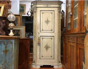 古老的18世纪路易十四角柜