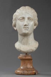 Cabeza femenina en mármol blanco