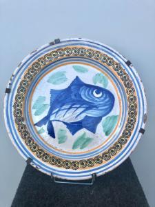 Majolika Platte mit einem Fisch im Kabel und geometrischen Motiven am Rand verziert. Vietri Herstellung