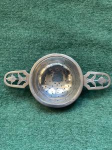 Colìno da the in argento con motivo floreale traforato art-nouveau .Punzone Sterling e data 1925.