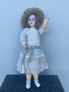 Кукла с бисквитной головой и оригинальным платьем.1902 инициалы и числовые элементы.
