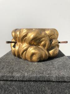 雕刻木头和金箔雕像的底座。