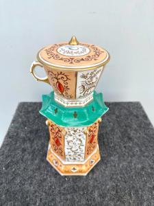 Veilleuse-tisaniera in porcellana di forma ottagonale a pagoda orientaleggiante con motivi rocaille e oro.Francia