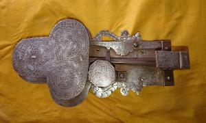 Hermosa cerradura francesa en hierro forjado y cincelada del siglo XVII.