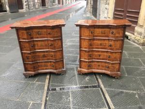 Favolosa coppia di mobiletti a punta di diamante in legno di noce e radica di ulivo.Prima patina.Lombardia XVIII secolo